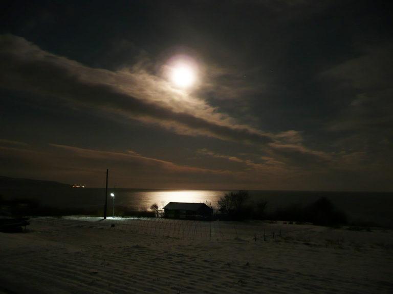 月光に照らされる日本海